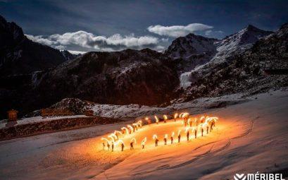 coeur en flambeaux géant bat sur les sommets de Méribel